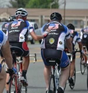 Riders ajudar uns aos outros através de uma viagem de 250 milhas para Law Enforcement United em 2013 (Foto ortesia de Law Enforcement United)