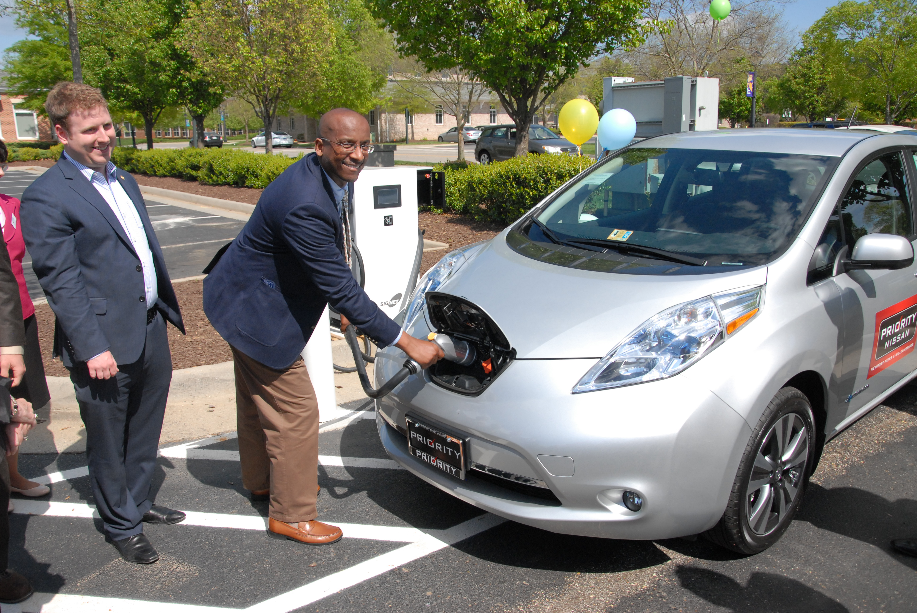 James City County Administrator Bryan Hill Connects A Nissan Leaf To The S First Public Electric