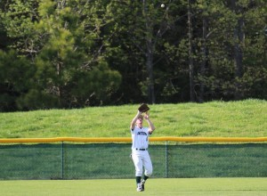 Evan Lowery catches a fly ball. (Ty Hodges/WYDaily)