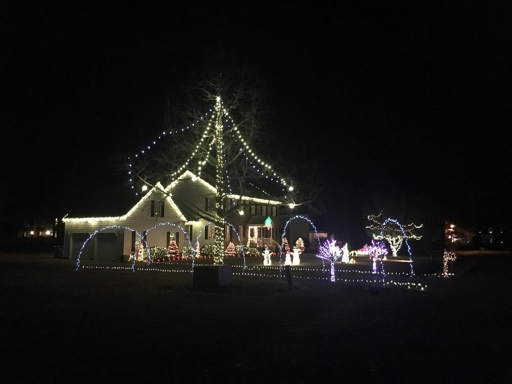 Christmas Lights On Houses.Setting Up Christmas Lights The City Can Take You To Court
