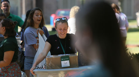 Freshmen and transfer students moving into on-campus housing at William & Mary in 2018. (WYDaily/Courtesy Stephen Salpukas)