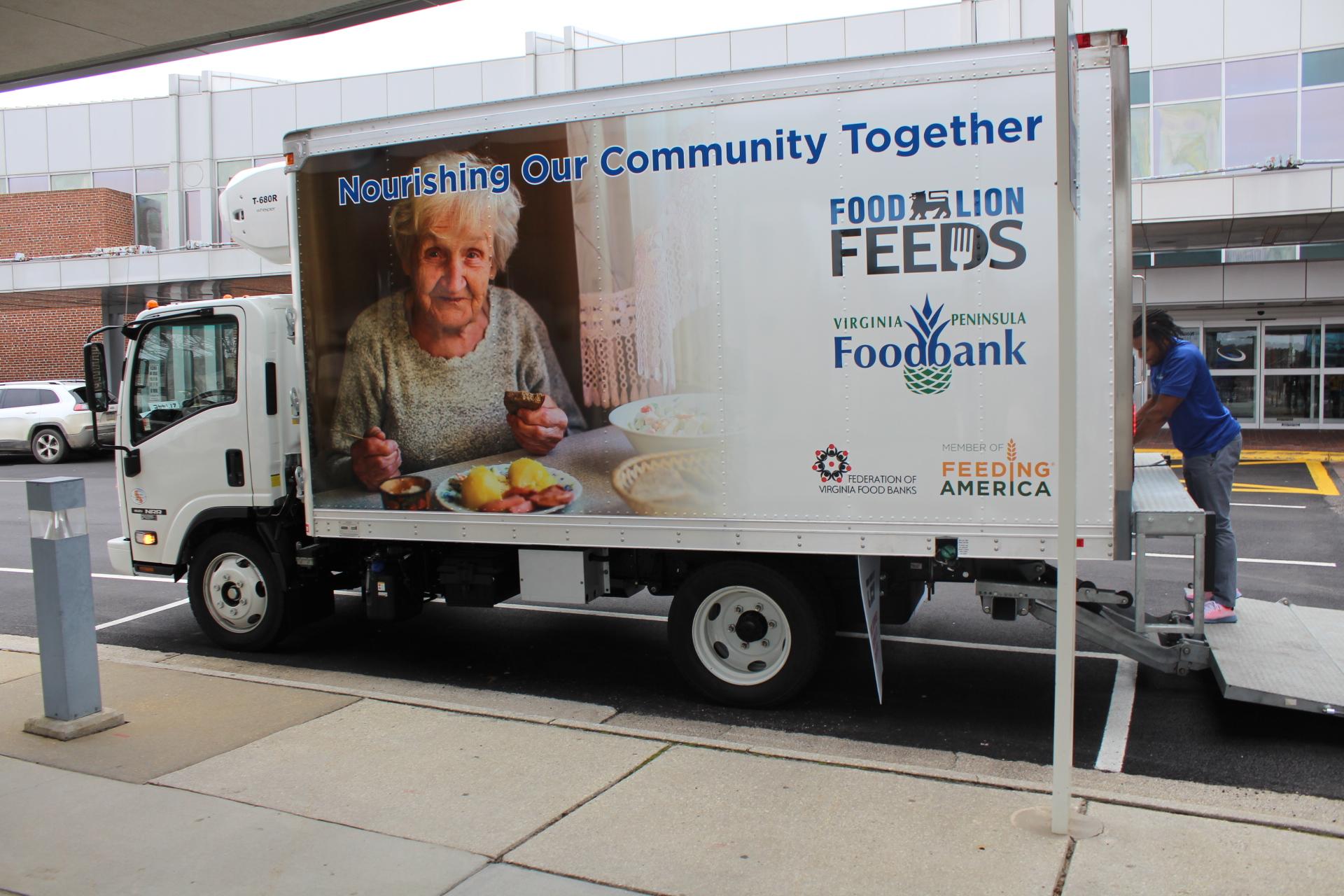 Shutdown hits home: Local TSA agents get food donations