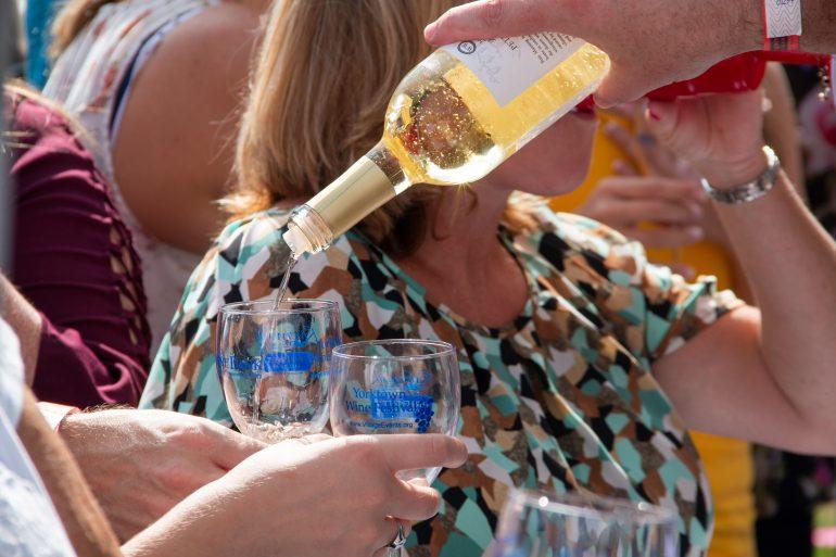 Le festival annuel du vin de Yorktown est de retour cette année avec des boissons de plus d'une douzaine d'établissements vinicoles de Virginie. (Quotidien / Avec la permission du comté de York)
