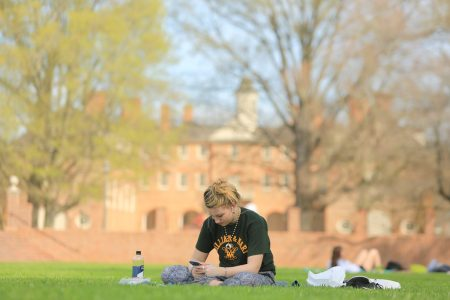 William & Mary students practice social distancing at the Sunken Garden. (WYDaily/Stephen Salpukas, W&M News)