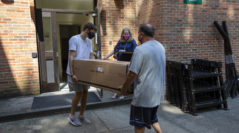 Residents and family members wore masks and followed physical distancing protocols when moving into residence halls Aug. 12-14. (WYDaily/Jim Agnew, W&M News)